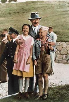 curiosa la mano derecha de Hitler.......