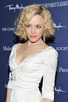 Rachel McAdams paired some super glam statement earrings with her throwback Marilyn look in 2011–we think it's a total success.