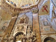 Ma chapelle favorite dans la basilique - on voit la coquille et la croix rouge des pèlerins