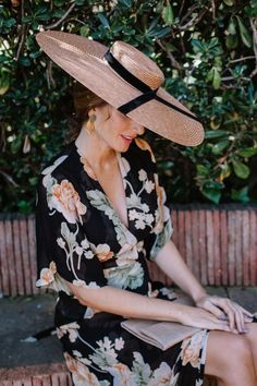 Look invitada boda: negro y flores Boho Hat, Boater Hat, Fedora Hat, Fancy Hats, Fascinator Hats, Fascinators, Inspiration Mode, Wedding Hats, Outfits With Hats