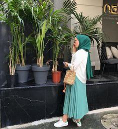Yeşili sev 🌿🌻 Muslim Fashion, Street Hijab Fashion, Abaya Fashion, Fashion Muslimah, Fashion Dresses, Mens Fashion, Casual Hijab Outfit, Hijab Chic, Beautiful Muslim Women