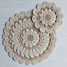 Crochet Placemats, Crochet Doilies, Crochet Flowers, Crochet Stitches, Crochet Cup Cozy, Diy Crochet, Crochet Baby, Doily Patterns, Knitting Patterns
