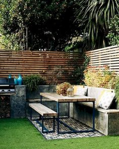 Garden Design The garden serves as an outdoor room in summer, complete with artificial grass, bench Cozy Backyard, Backyard Landscaping, Outdoor Rooms, Outdoor Decor, Outdoor Bench Table, Garden Bench Table, Diy Garden Seating, Garden Benches, Small Garden Ideas Seating Area