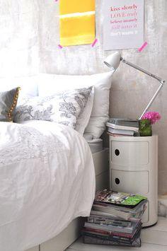 Fresca, giovane, dinamica. Il segreto? Tanto bianco e mini dettagli colorati: dal giallo limone al rosa evidenziatore!