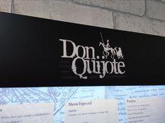 Detalle de Don Quijote en expositor para menús retroiluminado
