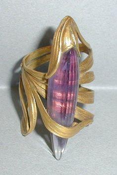 Bague, feuille de lotus. Georges de Ribaucourt; France, 1902 (vers). Or ciselé, ajouré, gravé; améthyste taille à facettes - Les Arts Décoratifs