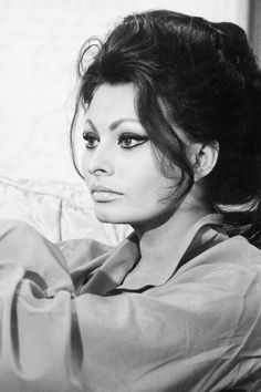 Sophia Loren, 1964 56 years later and she's still with us. We love you, Sophia! Vintage Hollywood, Hollywood Glamour, Hollywood Stars, Hollywood Actresses, Classic Hollywood, Loren Sofia, Sophia Loren Makeup, Sophia Loren Style, Sophia Sophia