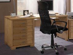 Solidne biurko z litego drewna do produkcji którego użyto sosny nordyckiej z blatem o grubości 4 cm. Blat posiada drewnianą zaślepkę na kable. Produkt wyposażony jest w 4 drewniane szuflady na prowadnicach metalowych z pełnym wysuwe