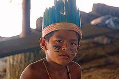 Indio-Kind, Mitglied eines Indio-Stammes in der Gegend von Manaus. Hoop Earrings, Hats, Jewelry, Fashion, Manaus, Amazons, Modern Man, Lifestyle, Moda