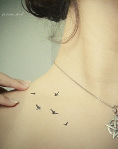 Sehr spannender Platz für das zarte Tattoo - finden wir ;) Art Tattoo (11) by Letitia Allen, via Flickr