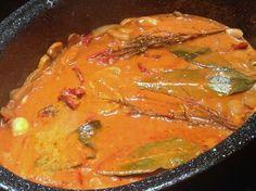 Voilà une petite recette facile qui cuit toute seule. J'adore ce plat parce que l'odeur pendant la cuisson fait baver tout le monde. Et puis ça se congèle facilement, pour en remanger plus tard. Avec le lait de coco et la cuisson longue, le porc est tendre...