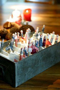 Der Adventskalender besteht aus befüllten Pausenbrotpapieren die mit selbstbemalten Holzwäscheklam