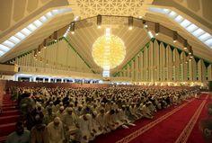 Tata Cara Sholat Berjamaah - Panduan lengkap terkait ketentuan-ketentuan menjadi iman dan makmum berdasarkan tuntunan nabi Muhammad SAW..