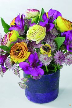 Bring vibrant colours into your home to celebrate spring with Ranunculus and Tulips!