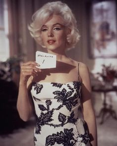 Travilla and Marilyn doing a fitting Marilyn Monroe: High Fasion! Marilyn Monroe ALWAYS knew what looked perfect on her and was simpl. Fantasia Marilyn Monroe, Costume Marilyn Monroe, Fotos Marilyn Monroe, Marilyn Monroe Hair, Glamour Hollywoodien, Old Hollywood Glamour, Vintage Hollywood, Hair Test, Actrices Hollywood