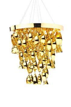Особенная модель  для ценителей роскоши. Люстра выполнена в сверкающем золотом цвете, она дает мягкий золотистый свет. Люстра подвешена на несколько цепей. Она имеет круглое основание из акрила, к которому крепятся декоративные элементы в форме изогнутых полосок акрила золотого цвета. Такая модель станет ключевыми элементом декора в комнате – она мгновенно обращает на себя внимание.             Метки: Люстры в гостиную, Люстры в комнату, Люстры потолочные, Современные люстры…