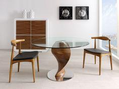 Moderna mesa de comedor de diseño, fabricada en madera de nogal de sólida constitución y cristal.  Medidas: 120x73 cm