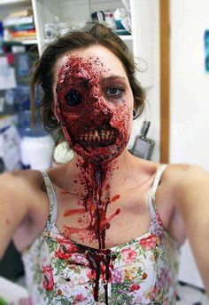 Very cool and scary zombie girl makeup. - Funny - Check out: Scary Oz Comic-Con Zombie Makeup on Barnorama Zombie Make Up, Zombie Walk, Halloween Zombie, Really Scary Halloween Costumes, Fröhliches Halloween, Zombie Girl, Halloween Face Makeup, Zombie Crawl, Scarecrow Makeup