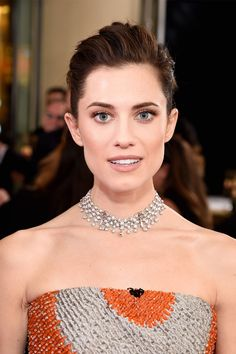 The 22 Best Beauty Looks of the 2018 Golden Globes Celebrity Hairstyles, Cool Hairstyles, High School Hairstyles, Mauve Lips, Red Carpet Makeup, Female Movie Stars, Allison Williams, Pretty Eyes, Woman Face