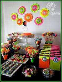 Tomás solo quería una mesa de golosinas con su inicial y colores fluo, les mostramos todos los detalles de esta fiesta. ...