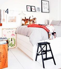 """BYGG ETT SOVLOFT PÅ BYRÅER    En säng tar upp ganska mycket av golvytan – cirka tre kvadratmeter. I centrala Stockholm är kvadratmeterpriset för bostadsrätter ungefär 60000 kronor. Det betyder alltså att du måste betala 180 000 kronor bara för att få plats för sängen! Vill du utnyttja golvytan effektivt och få mer valuta för pengarna så bygger du den här sovplatsen med riktigt gott om extrautrymme {Det här behövs} Byrå """"Malm"""" med 6 lådor, från Ikea, mått 1 600x780x480 mm, 2 st…"""