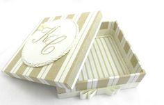 Delicada caixa para presentear padrinhos e pais de casamento. Iniciais dos noivos bordadas na tampa. Temos outras opções de tecidos e fitas. R$ 47,25