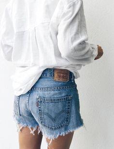 Le short le plus désiré des modeuse est... -Levi's, short en jean court, denim bords effilochés, blouse blanche, chemise en coton oversize d'homme, look, fashion, mode, tendance-