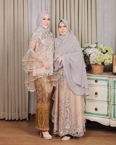 Gambar mungkin berisi: 2 orang, orang berdiri Kebaya Modern Hijab, Kebaya Hijab, Kebaya Dress, Dress Pesta, Kebaya Muslim, Muslim Dress, Batik Fashion, Abaya Fashion, Fashion Dresses