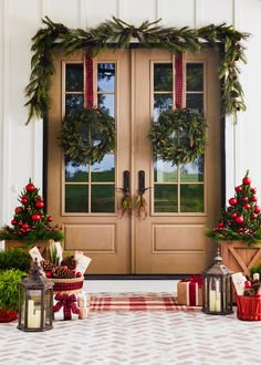 Porch Christmas Tree, Front Door Christmas Decorations, Christmas Front Doors, Rustic Christmas, Christmas Home, Front Porch Ideas For Christmas, Christmas Tree Ideas, Christmas Night, Christmas Colors