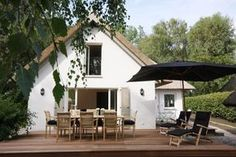 Der Traum vom Ferienhaus? Es liegt am Meer, versteckt hinter Dünen, mit Reetdach und Garten, so wie das Seehaus, ein traumhaftes Ferienhaus an der Ostsee.