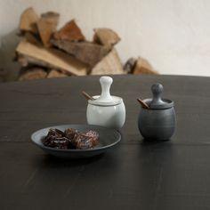 Handgefertigte Keramik Salzfässchen anthrazit mit Obstbaumholz-Löffel von 3punktf