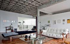 Para ampliar a área social, as paredes entre uma sala e um dos dois quartos foram derrubadas no apartamento do edifício Três Marias, em São Paulo, da década de 50. Ideia do casal de arquitetos (e moradores) Marina Acayaba e Juan Pablo Rosenberg