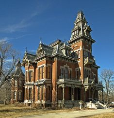 The Vaile Mansion [French] Second Empire) in Independence, Missouri, United States, one of the towns, I am interested in living in! Victorian Architecture, Beautiful Architecture, Beautiful Buildings, Beautiful Homes, Old Buildings, Abandoned Buildings, Abandoned Places, Abandoned Castles, Old Mansions