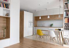 moderne Wohnküche in Weiß und Eichenholz