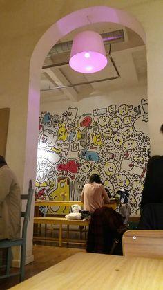 Cafeteria Cosmo - Barcelona Un bonito espacio multicolor. Para tomar super zumos y pasteles. Punt.3