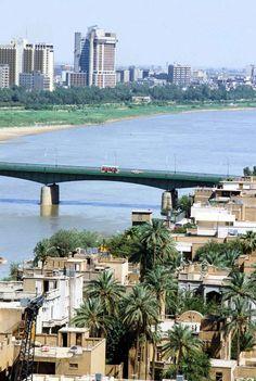 بغداد 1982 جسر الجمهورية وباص ريم الأحمر والأصفر