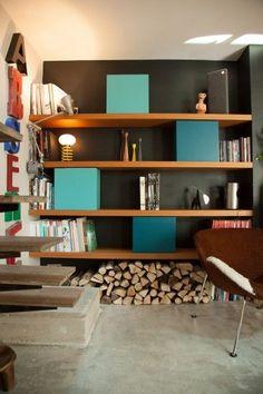 Association bois, fond sombre et cases coloris intenses. Alternance d'étagères simples et modules fermés.