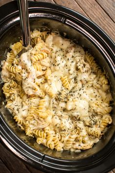 Slow Cooker Pesto Mozzarella Pasta Slow Cooked chicken with pesto, lemon and butter. Then cooked pasta is added and topped with cheeses. - Slow Cooker Pesto Mozzerella Chicken Pasta(I'll try to do it in the oven) Crockpot Recipes Cheap, New Recipes, Favorite Recipes, Healthy Recipes, Recipies, Crockpot Meals Easy, Dinner Crockpot Recipes, Cheap Recipes, Roast Recipes