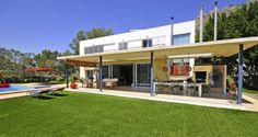 Luxe moderne en ruime vakantievilla in Spanje, 350m2, met zwembad, Overdekt terras met grote barbecue/keuken.