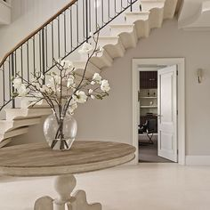 Elegant neutral entrance hall with bespoke stone staircase Discover this elegant country house in He Hallway Colour Schemes, Hallway Colours, Country House Interior, Home Interior Design, Interior Ideas, Hallway Decorating, Decorating Your Home, Decorating Games, Halle