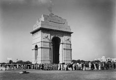circa 1960: Military men and civilians crowding round the cenotaph monument in Delhi on Armistice Day. (Photo by Fox Photos/Getty Images)