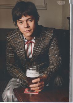 Cheers to you Harry Styles. Best Harry Pins at rickysturn/harry_styles Niall Horan, Looks Instagram, Bae, Harry Styles Wallpaper, Harry Styles Pictures, Mr Style, Male Magazine, Another Man, Harry Edward Styles