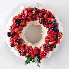 Pavlova de frutas, sobremesa a base de merengue, em formato de bolo. Bolo de Suspiro ou um Bolo de Merengue. Crocante por fora e macia por dentro