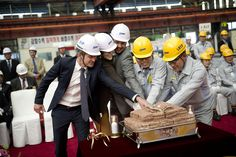 Cutting the cake at the steel cutting ceremony... Crown Prince Frederik and Crown Princess Mary at the DSME ship steelyard in South Korea. http://i1.jimg.dk/2012/5/14/8/bdsjtmxw.jpg