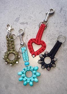Paracord macrame chain pulls or key holders Paracord Shop, Paracord Diy, Paracord Tutorial, Paracord Keychain, Diy Keychain, Swiss Paracord, Keychains, Macrame Knots, Diy Jewelry