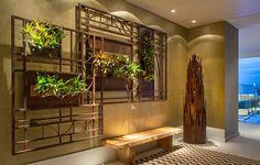 CASA COR RJ 2014 - A paisagista Carmen Mouro criou painéis de aço corten que hospedam bromélias para o Hall de Entrada e o Hall de Saída da Casa Cor Rio de Janeiro