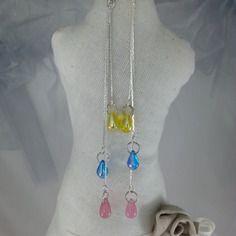 Délicates et splendides boucles d'oreilles pendentives , sur 3  fines chainettes argentées, s'égrènent sur 3 niveaux , 1 goutte de verre lemon,