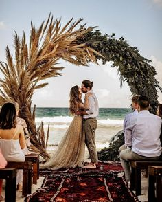 pampas grass and greenery leaves wedding wreath backdrop 20 #wedding #weddings #greenwedding #weddingblog #weddinginspiration #green #deerpearlflowers #weddingcolors