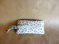 Mini pochette Zip pour ranger la monnaie, les clefs USB, etc. Dim 9 cm X 4,5 cm : Porte clés par broderies-suzette