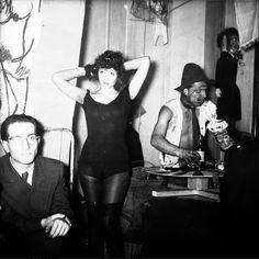 Sięgamy do archiwalnych zdjęć Tadeusza Rolke i przenosimy się do 1957 roku. Coroczna zabawa na ASP trwa w najlepsze.